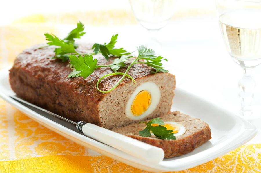 М'ясний рулет з яйцем в духовці