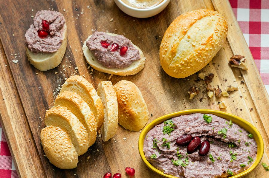 Бутерброди з паштетом із квасолі