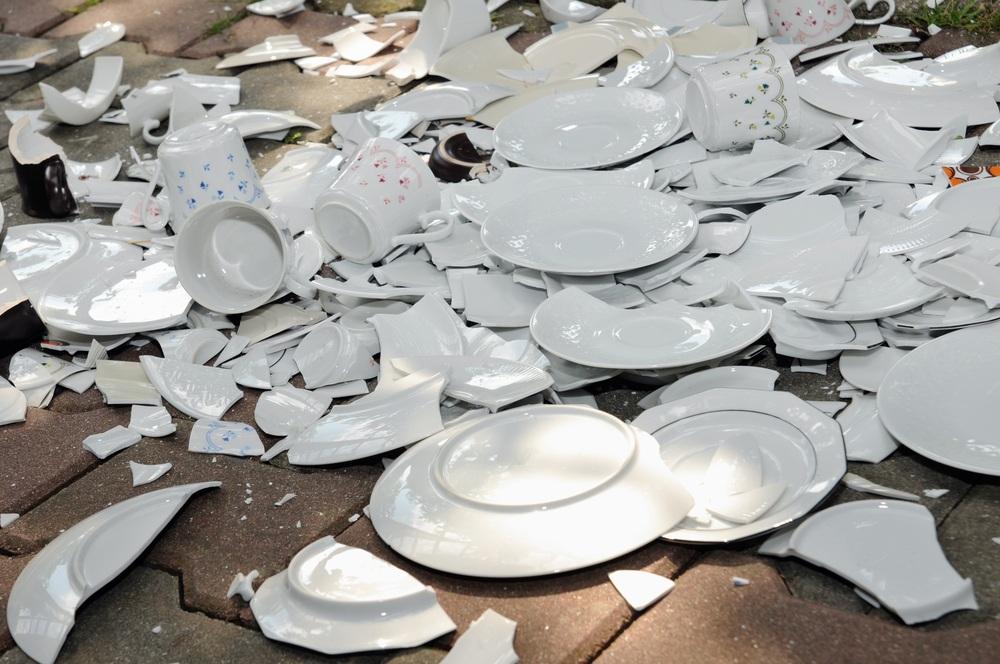 Чи потрібно платити за розбитий посуд у ресторані