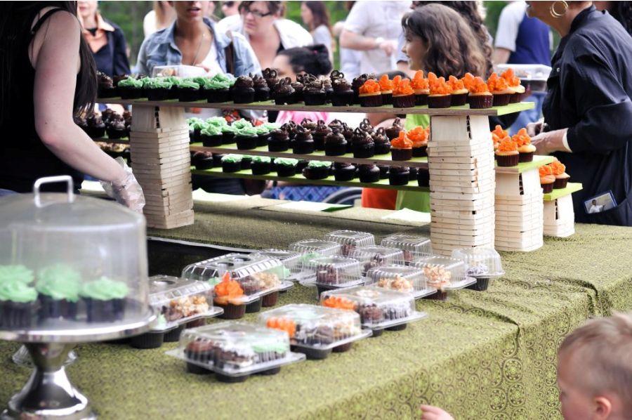 puesto-de-cupcakes-de-distintas-variedades-en-un-mercadillo-en-la-calle