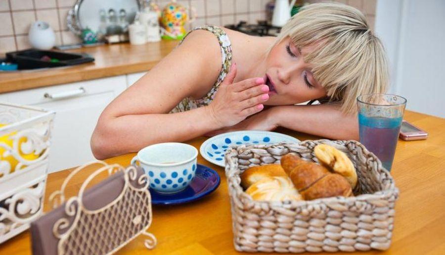 Чому вас тягне до сну після їжі, та які саме продукти це спричиняють